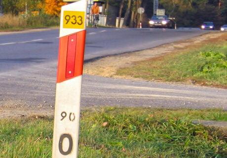 Słupek drogowy - jak czytać informacje z słupków drogowych?